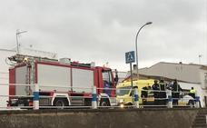 Los bomberos rescatan a una conductora tras un vuelco en Los Santos de Maimona