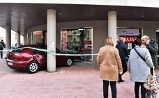 Empotran un coche robado contra una tienda de deportes de Coria y se llevan más de 200 prendas