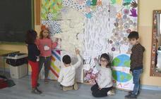 Los alumnos del colegio Virgen de Argeme de Coria elaboran un mural por el día de la Paz