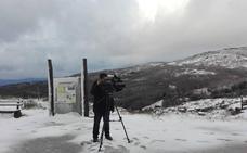 La primera nevada del año llega en un día ventoso y con lluvia abundante
