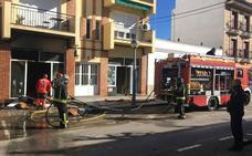 Un incendio en un almacén de muebles de Almendralejo moviliza a cuatro vehículos de bomberos