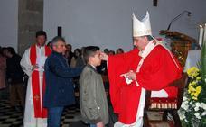 El arzobispo realiza su primera visita pastoral a La Morera y confirma a quince jóvenes