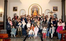 Veinte familias presentan a sus hijos ante la Virgen de Tentudía