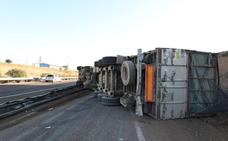 El vuelco de un camión en la A-66 a la altura de Mérida obliga a cortar un carril sentido Sevilla