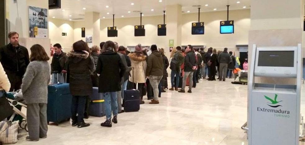 La niebla obliga a cancelar tres vuelos y desviar hasta Sevilla el Barcelona-Badajoz