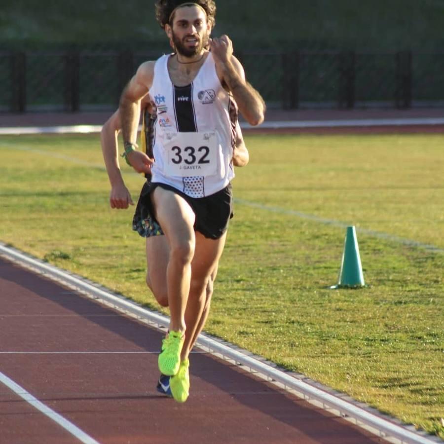 Jota Gaveta bate el récord de Extremadura de los 800 metros en pista cubierta