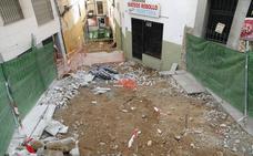 La aparición de una vieja canalización obligó a parar la obra de Alzapiernas