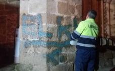 Eliminan las pintadas de San Nicolás y Coria en Plasencia