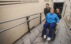 «No puedo subir sola la rampa porque la silla de ruedas se vuelca»