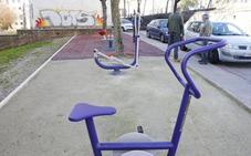 Cáceres cuenta con dos nuevas áreas de juegos infantiles y biosaludables en Los Castellanos y San Justo
