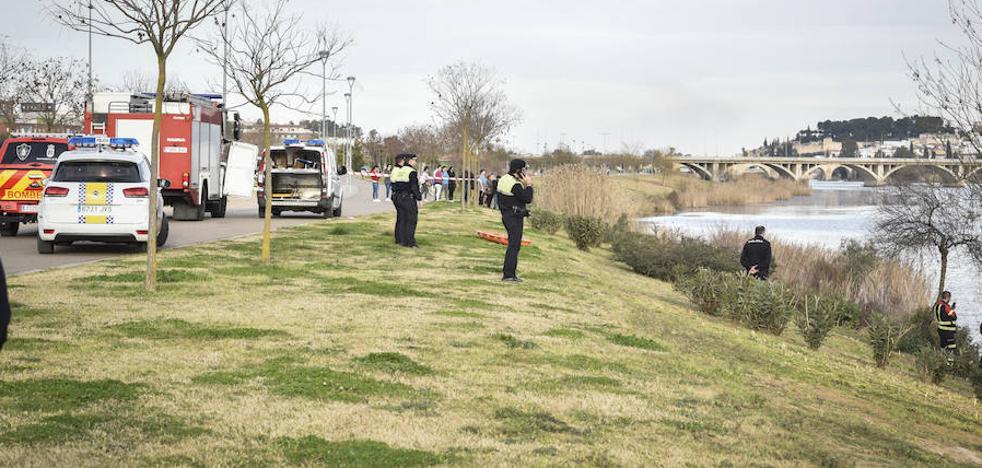 Rescatan en Badajoz el cadáver de un hombre que flotaba en el Guadiana