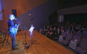 El cantautor Javier Franco ofreció ayer un concierto a favor de 'Menudos Corazones'