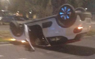 Tres heridos leves tras el vuelco de un vehículo en la avenida Antonio Cuéllar Grajera de Badajoz
