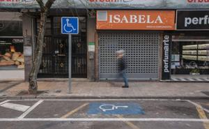 La tarjeta única para aparcar obliga a revisar los 450 permisos concedidos en Cáceres