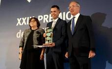 El periodista extremeño José María Camarero recibe el premio 'Energía Eléctrica'