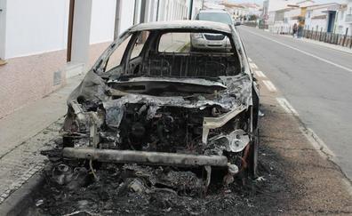 Calcinado un coche esta madrugada en la vía Paseo de Extremadura de Monesterio