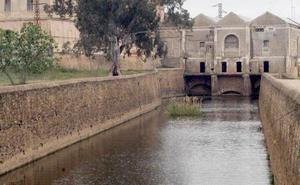 Los bomberos de Badajoz rescatan a un joven en el canal de los Ayala