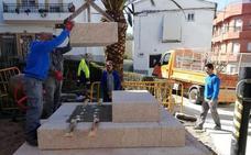 El colectivo Raíces de Peralêda reconstruye el rollo de la villa