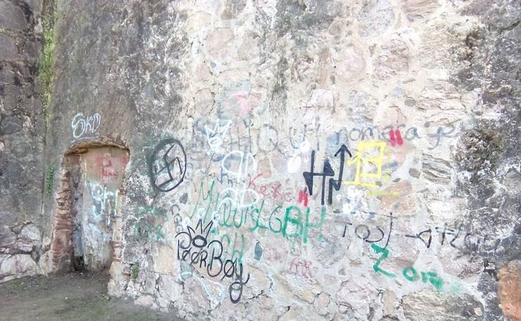 La Cívica denuncia la aparición de pintadas en la muralla