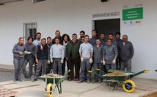 Los quince alumnos de la escuela profesional mejoran la accesibilidad de la sierra de San Cristóbal de Los Santos