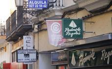 El Ayuntamiento de Cáceres retira de la vía pública banderolas de Aeca con cargo al colectivo