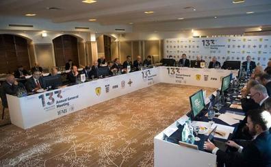 La IFAB aprueba que cualquier gol anotado con la mano, aunque sea involuntaria, se anule