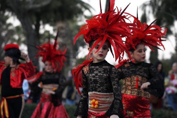 d233eb3e7 Disfraces, música y color vuelven a inundar el desfile de carnaval ...