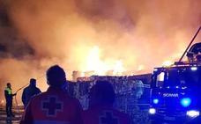 Bomberos de cuatro parques sofocan un incendio en una planta de reciclaje de Almendralejo