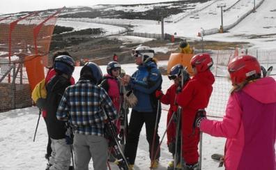 Alumnos de los Centros Rurales Agrupados de Badajoz aprenderán a esquiar en La Covatilla