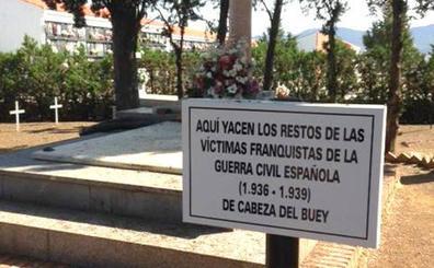 «En esa fosa pone que son víctimas de los franquistas y mi abuelo no lo es»