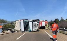 Corte de 13 horas en dos carriles de la A-5 por el vuelco de un camión en Badajoz