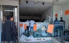 Estrellan un coche contra un escaparate para robar en una tienda de Coria