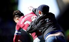 Catorce semanas de prisión y diez años sin pisar un estadio para el aficionado que agredió al capitán del Aston Villa