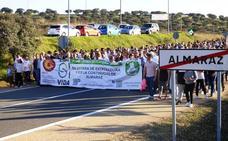 Unas 1.500 personas piden otra vez en Almaraz diez años más para la central nuclear