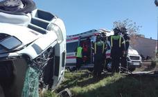 Un hombre resulta herido al volcar el camión en el que viajaba cerca de Solana de los Barros
