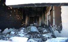 Los técnicos revisan los daños del bloque afectado por el fuego en Juan Canet