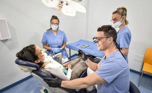 Tratamientos pioneros y mínimamente invasivos de las enfermedades de encías alrededor de dientes e implantes