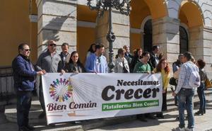 Una veintena de asociaciones protesta ante el Ayuntamiento de Badajoz para pedir sedes