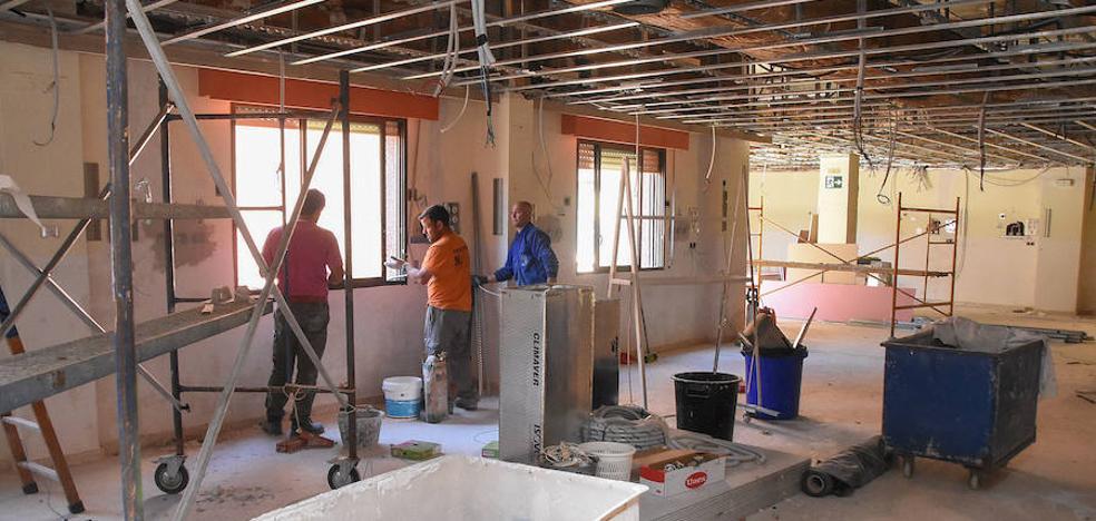 El SES sustituye los techos de Urgencias del hospital Universitario de Badajoz