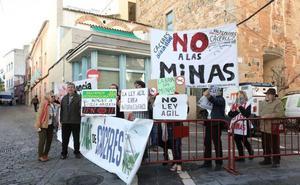 Una decena de personas se concentra a las puertas de la Asamblea para rechazar las minas