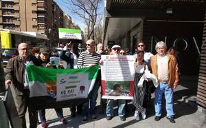 Una decena de militantes extremeños del PSOE protestan por la conformación de las listas