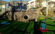 Renuevan el suelo de la zona infantil de juegos de Jarandilla de la Vera