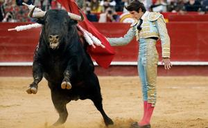 Castella sale a hombros tras desorejar a un toro extraordinario de Jandilla