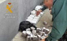 Detenido cuando circulaba a la altura de Calzadilla de los Barros con cerca de 50 kilos de hachís
