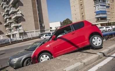Un vehículo se sale de la vía y choca contra un coche estacionado en Badajoz