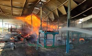 Arde el almacén de fruta de Fruvaygo en Gévora