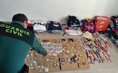 Detenido en La Albuera con joyas y prendas falsificadas en el maletero del coche