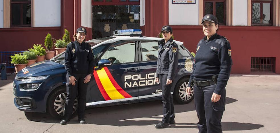 «Cuando entré en la Policía se extrañaban al vernos patrullando»
