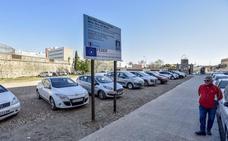 Los coches invaden para aparcar la parcela del antiguo colegio Bótoa en Badajoz