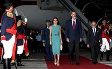 Los Reyes esperaron 50 minutos en su avión en Buenos Aires por un problema con la escalera
